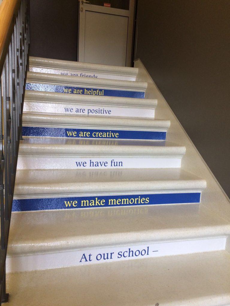 Angļu valodas kāpnes mazajā skolā